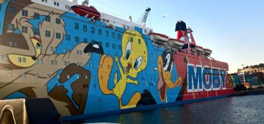 Schiff, bemalt mit Comicfiguren, als Unterbringung für spanische Nationalpolizei im Hafen von Barcelona. (Foto Pressenza, K. Schreiber)