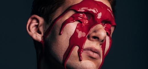 Einem Mann läuft rote Farbe das Gesicht runter. (Foto: Sam Burriss, Unsplash.com)