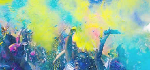 Farbe wird auf einer Party versprüht. (Foto: Adam Whitlock, Unsplash.com)