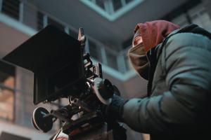 Kameramann im Einsatz bei Kälte. (Foto: Nik Shuliahin, Unsplash.com)