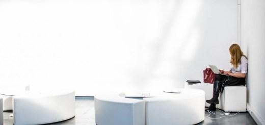 Raum in einer modernen Universität. (Foto: Filip Bunkens, Unsplash.com)