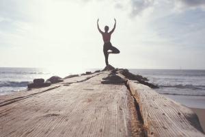 Yoga auf einem Steg. (Foto: Marion Michele, Unsplash.com)