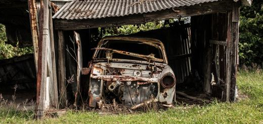 Autowrack in einem kaputten Unterstand. (Foto: Christopher Windus, Unsplash.com)