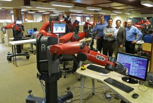 Der Roboter Baxter ist lernfähig. (Foto: Steve Jurvetson, Menlo Park, USA; Caught Coding Uploaded by PDTillman), Lizenz CC BY 2.0.)