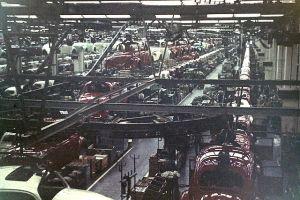Fließbandproduktion des VW Käfers in Wolfsburg Anfang der 1970er. (Foto: Manfred Kopka, CC BY-SA 4.0)