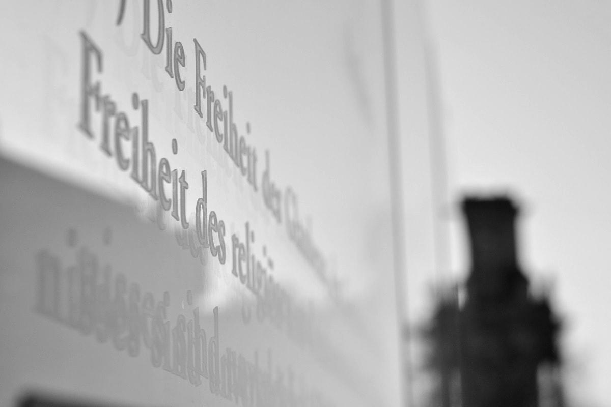 Glasstele in Berlin mit Artikeln des Grundgesetzes. (Foto: Ralph Boes)