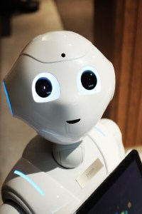 Roboter Pepper mit einem Notebook. (Foto: Alex Knight, Unsplash.com)