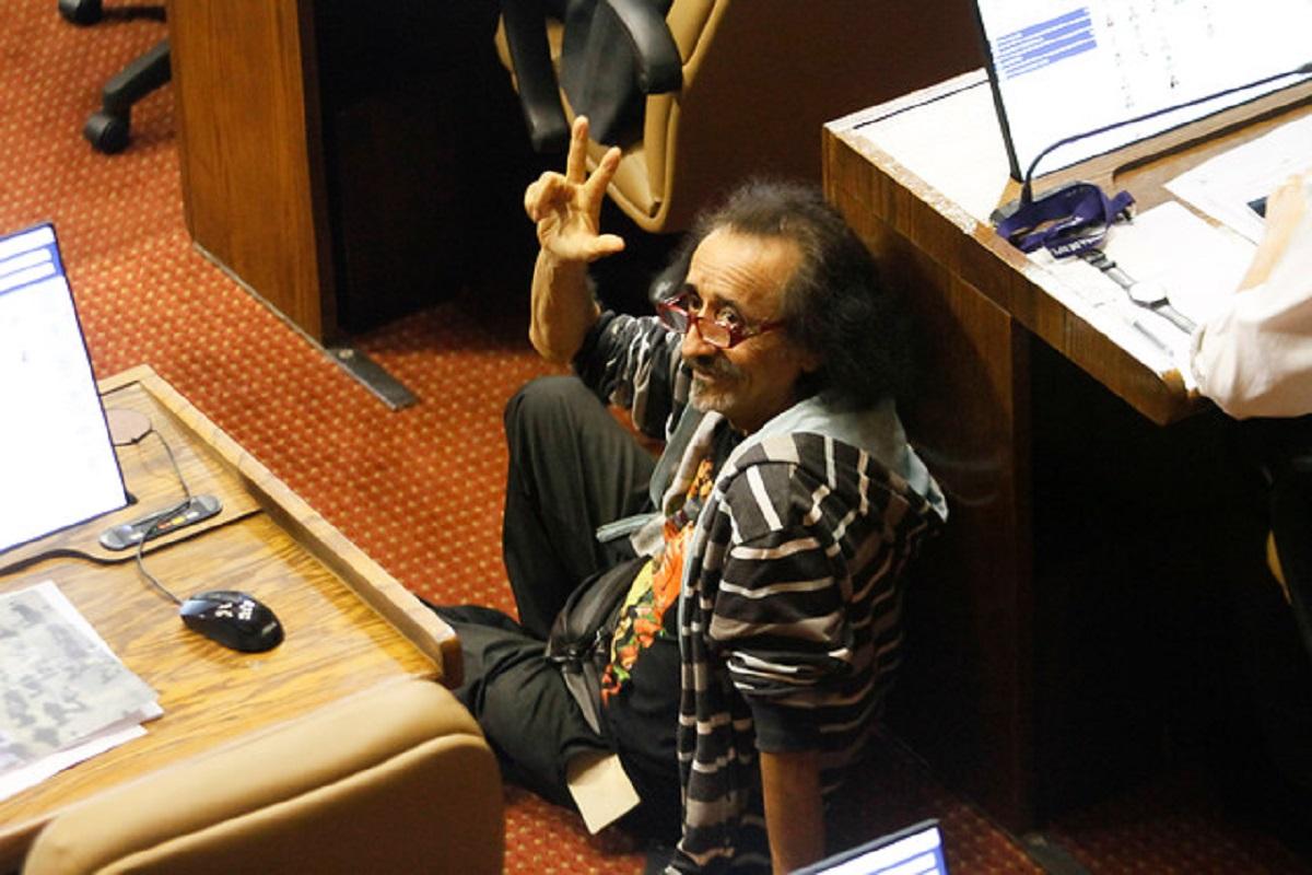 Der Künstler Florcita Motuda im chilenischen Parlament. (Foto: Pressenza / El Desconcierto)