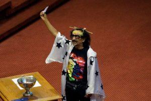 Florcita Motuda nahm an der Vereidigungszeremonie im chilenischen Abgeordnetenhaus mit Antennen auf dem Kopf und seinem Zauberumhang teil. (Foto: Pressenza)