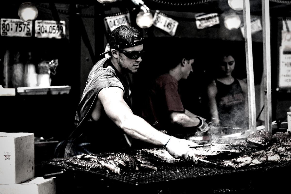 Ein Mann an der Grillstation. (Foto: Scott Madore, Unsplash.com)