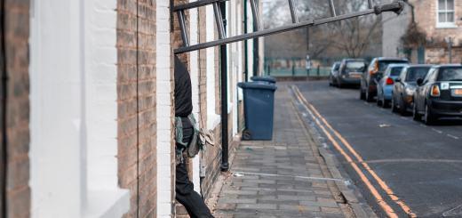 Ein Mann mit Leiter geht in ein Haus. (Foto: Craig Whitehead, Unsplash.com)