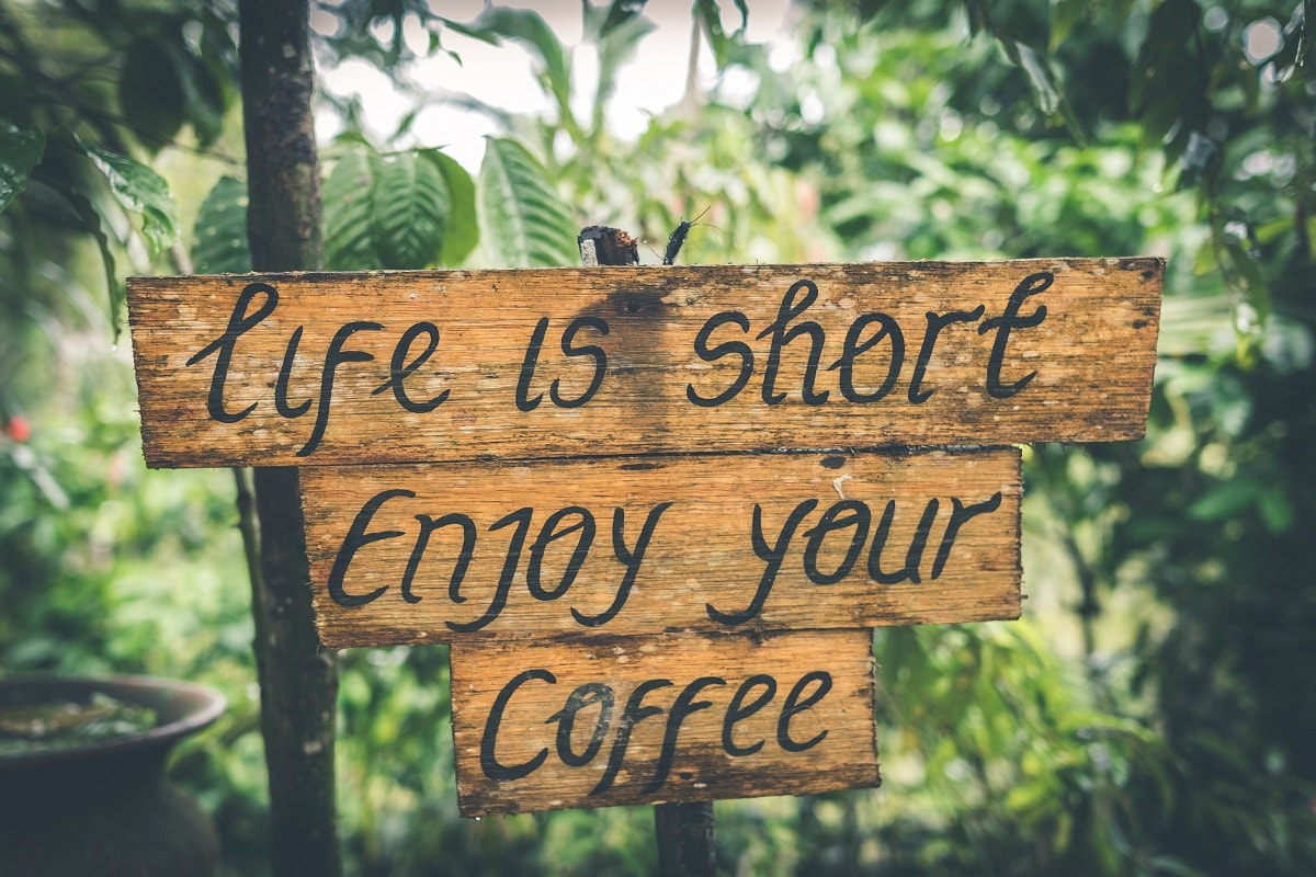 Life is short. Enjoy your coffee. (Foto: Artem Bali, Unsplash.com)