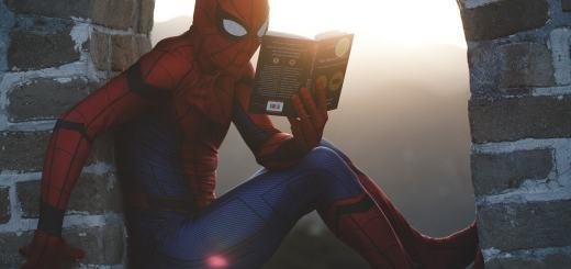 Spiederman mit einem Buch. (Foto: Raj Eiamworakul, Unsplash.com)