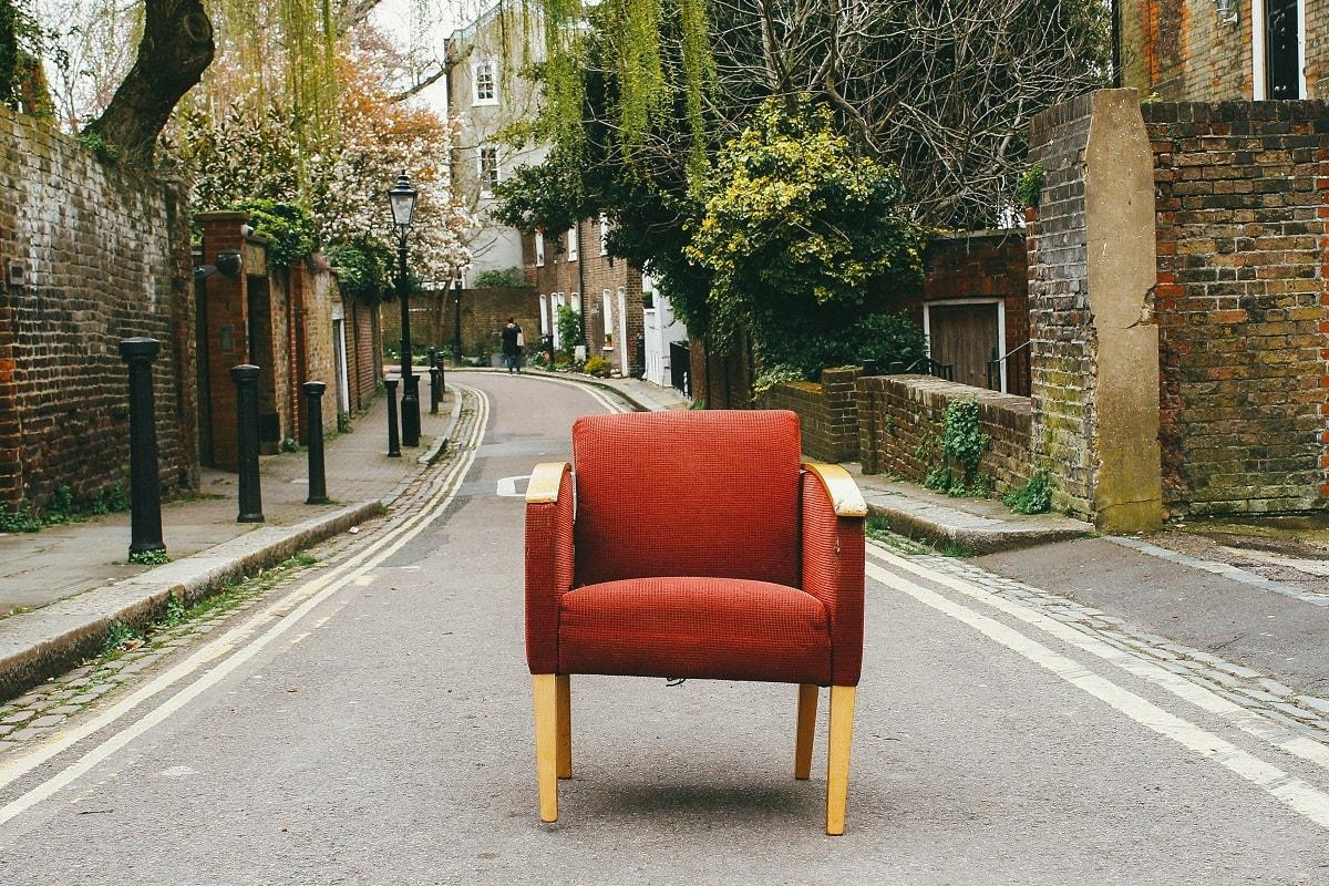 Sessel steht auf der Strasse. (Foto: Eduard Militaru, Unsplash.com)