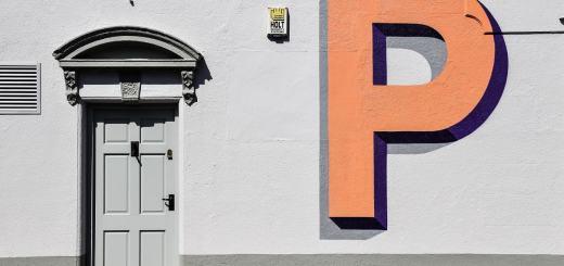 Ein P an einer Hauswand. (Foto: Alex Read, Unsplash.com)