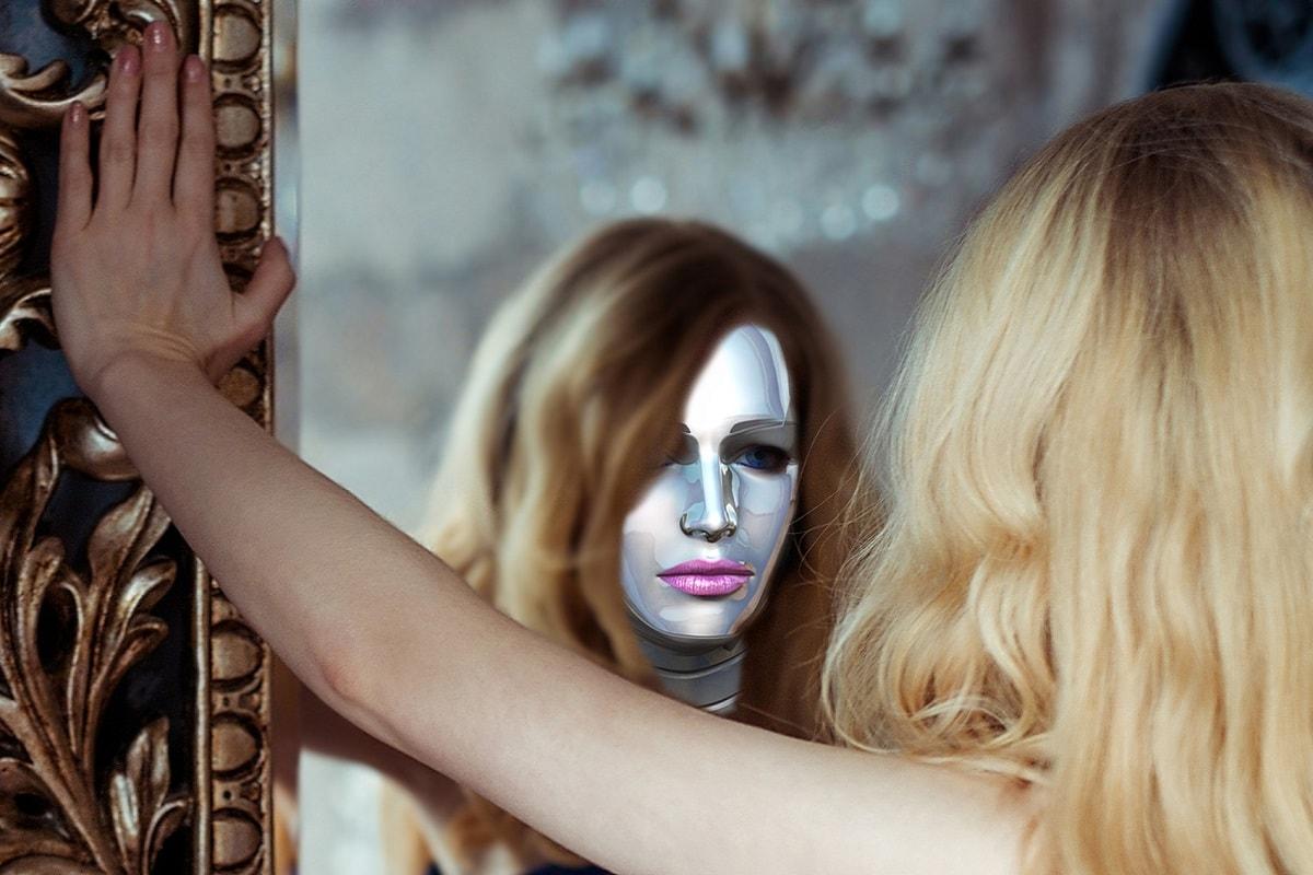 Eine Frau mit einer Maske vor einem Spiegel. (Foto: pixel2013, Pixabay.com,Creative Commons CC0)