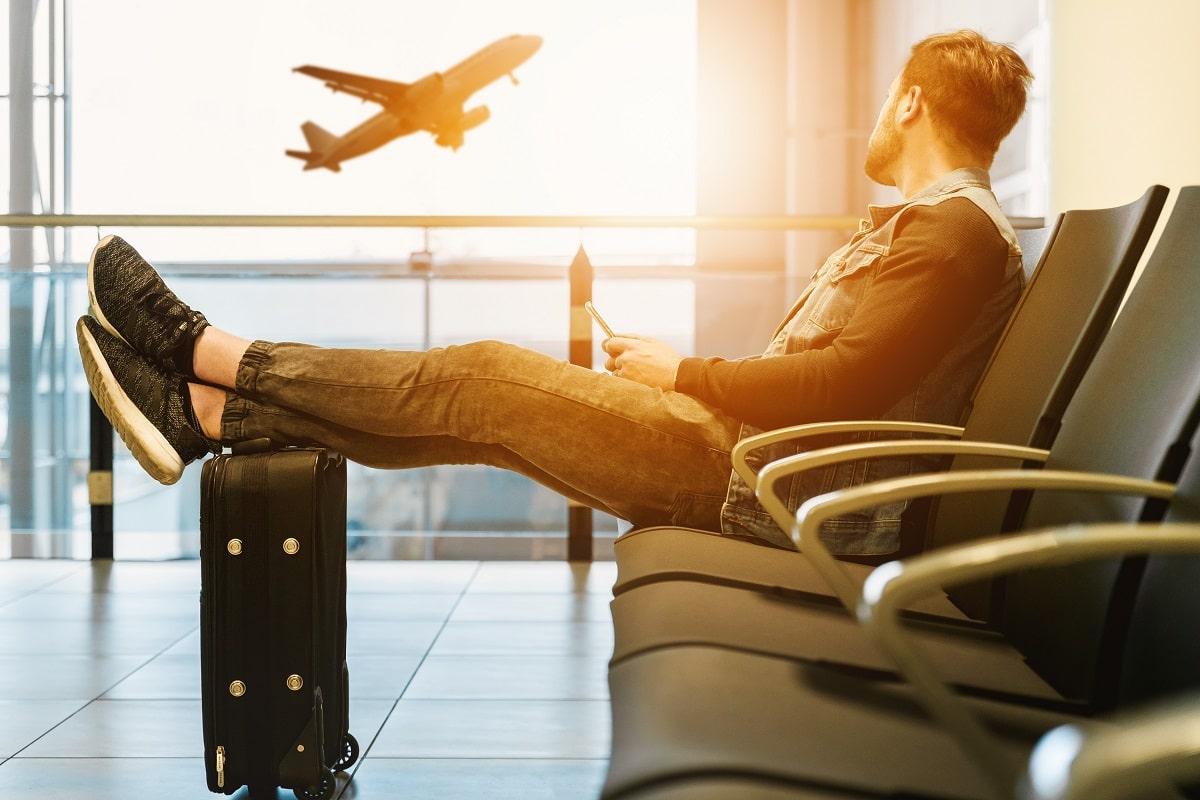 Ein Mann wartet in einem Flughafen. (Foto: Jeshoots.com, Unsplash.com)