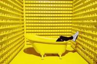 Frau in einer gelben Badewanne. (Foto: Brandi Ibrao, Unsplash.com)
