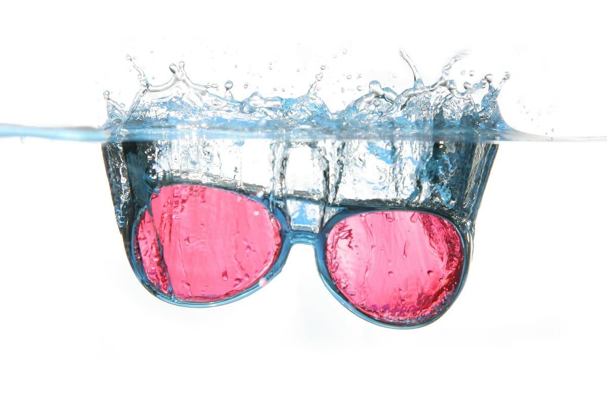 Rosarote Sonnenbrille im Wasser. (Foto: ejaugsburg, Pixabay.com, Creative Commons CC0)
