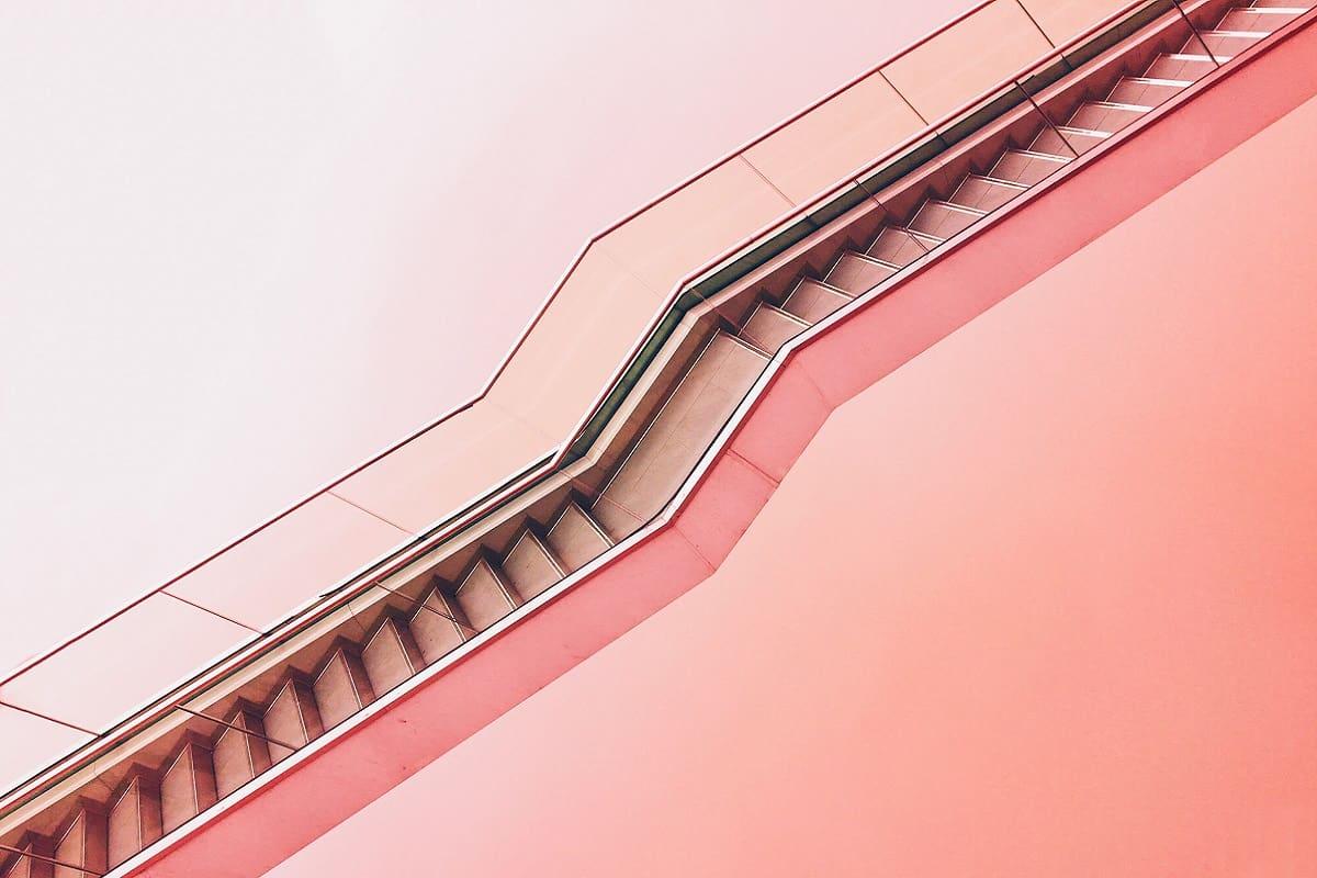 Eine Treppe in Pink. (Foto: Max Ostrozhinskiy, Unsplash.com)