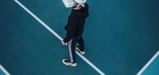 Mann auf dem Tennisplatz mit Cyberbrille. (Foto: Martin Sanchez, Unsplash.com)