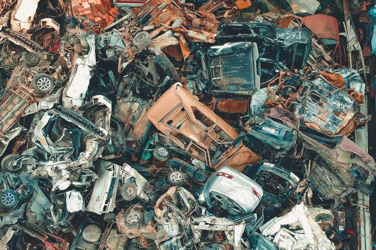 Schrotthalde mit Autowracks. (Foto: Sergio Souza, Unsplash.com)