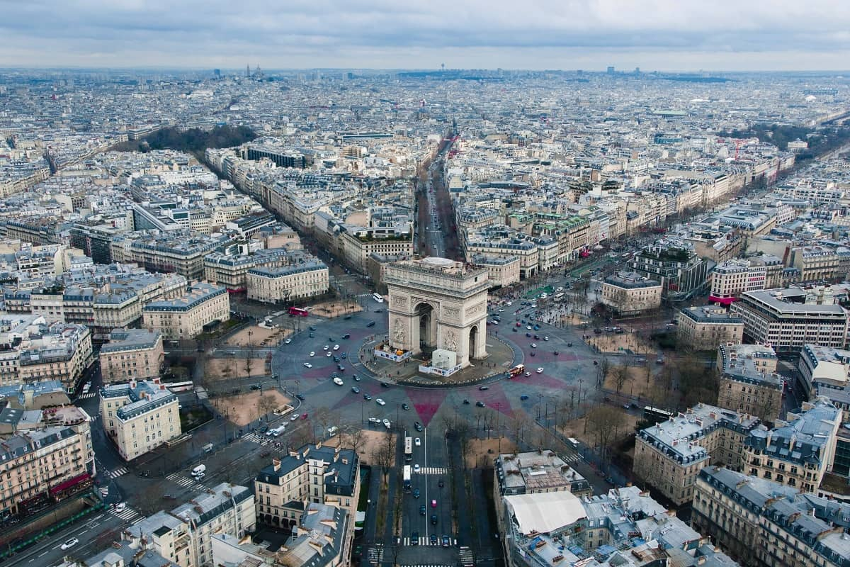 Blick auf den Arc de Triomphe in Paris. Die Bewegung der Gelbwesten demonstrierte auch dort gegen die Politik von Präsident Emmanuel Macron. (Foto: Rodrigo Kugnharski, Unsplash.com)
