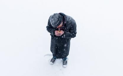 Ein Mann steht im Schnee und zündet sich eine Zigarette an. Ob er sich Gedanken über die Digitalisierung macht. (Foto: Evan Phillip, Unsplash.com)