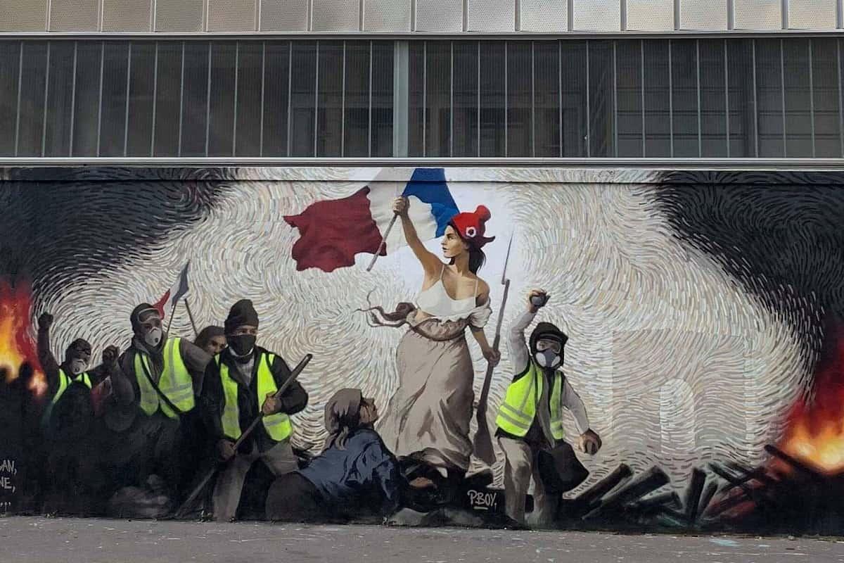 Das Fresko mit Gelbwesten steht symbolisch für die Lunte am Pulverfass. Es ist inspiriert von dem Gemälde La Liberté guidant le peuple. (Foto: Cheep, CC BY-SA 4.0, cropped)