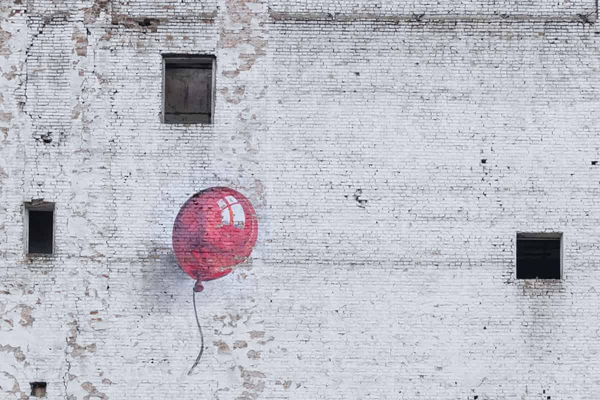 Graffiti an der Mauer eines Hauses in Warschau. Mauern sind auch ein Sinnbild für den Untergang von Imperien. (Foto: Pawel Czerwinski, Unsplash.com)