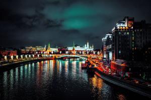 Einbeeindruckt von Sanktionen: Moskau, die Hauptstadt von Russland, fotografiert bei Nacht. Der Fluss Moskwa und der Kreml sind zu sehen. (Foto: Serge Kutuzov, Unsplash.com)