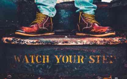 Die verrostete Treppen in einem Zug, scheint der Welt abhanden gekommen zu sein. (Foto: Max Bender, Unsplash.com)