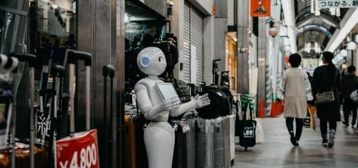 Yuval Noah Harari sieht das Ende des Individuums gekommen. Ein Serviceroboter in einem Einkaufszentrum in Kyoto. (Foto: Lukas, Unsplash.com)