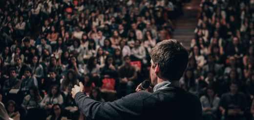Ein Mann spricht vor der Community. In Berlin wird über das Bedingungslose Grundeinkommen diskutiert. (Symbolfoto: Miguel Henriques, Unsplash.com)