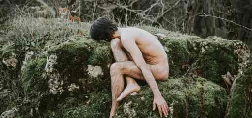 Gesucht wird Jesus Christus. Ein unbekleideter Mann im Wald als Symbol für Klarheit und Aufrichtigkeit. (Foto: Mubariz Mehdizadeh, Unsplash.com)