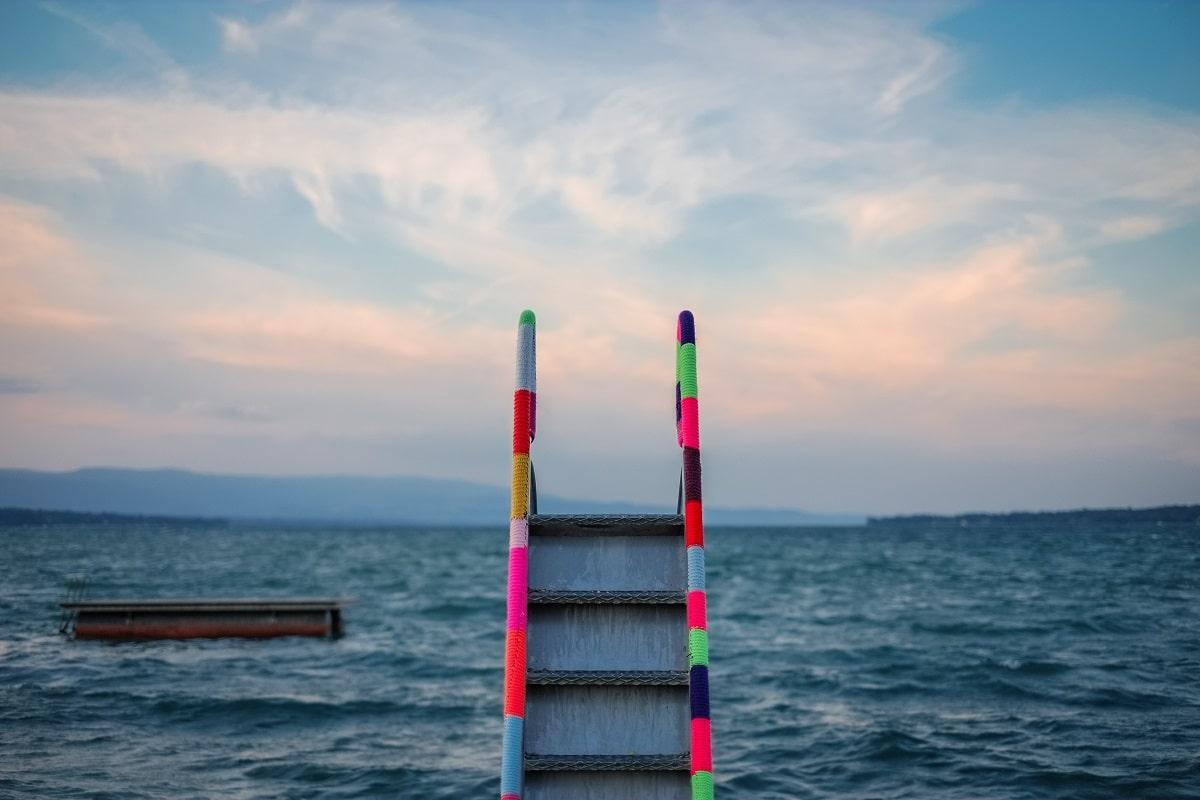 Diese bunte Treppe führt nicht zu Werten, aber zum Wasser. (Foto: Samuel Zeller, Unsplash.com)