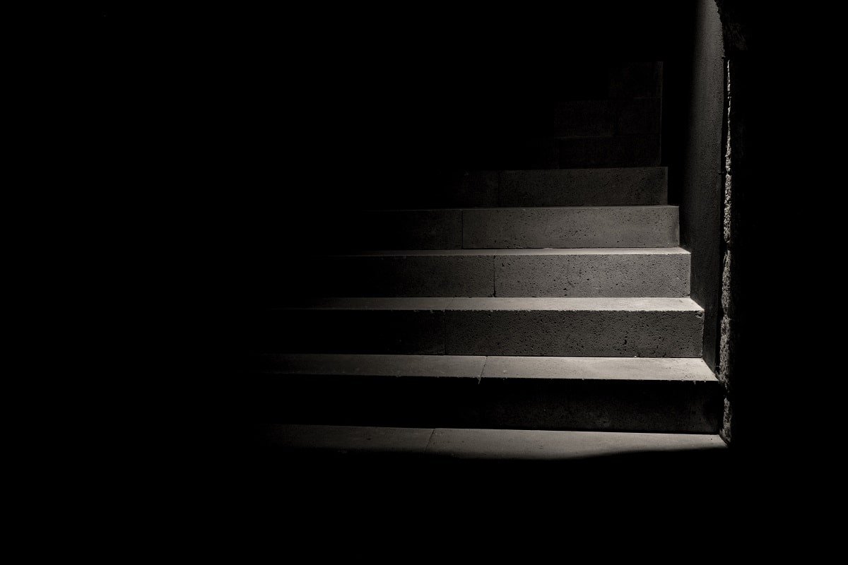Ein Putsch ist wie eine Treppe im Halbdunkel. Niemand weiß, wo sie hinführen wird. (Foto: Carolina Pimenta, Unsplash.com)