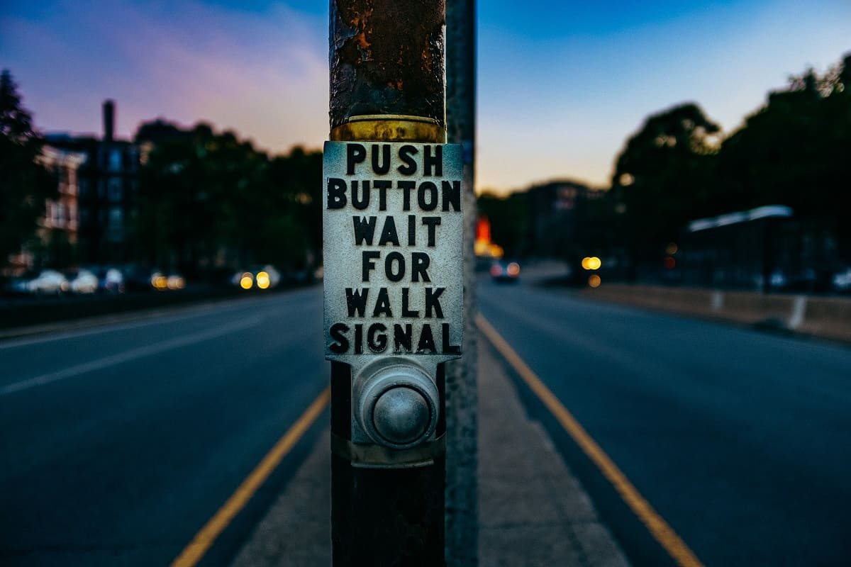 Der Weg zur Versammlung. Push Button and wait for walk. (Foto: Ashim D Silva, Unsplash.com)