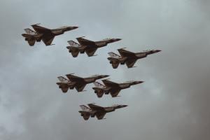 Umweltaktivisten und Friedensaktivisten sollten sich verbünden gegen Militarisierung und Krieg. RAF Fairford, Fairford, United Kingdom. (Symbolfoto: UX Gun, Unsplash.com)