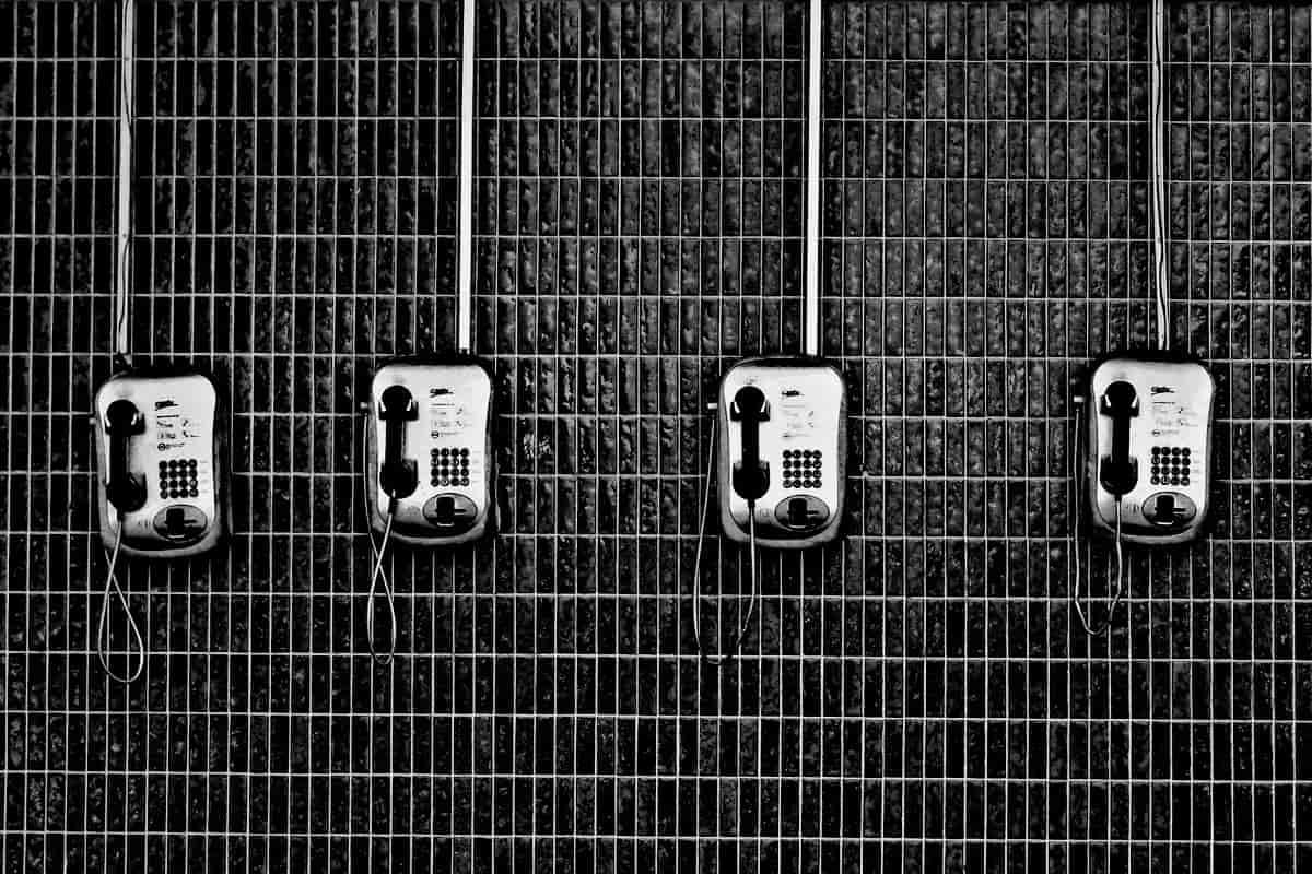 Sind die Menschenrechte telefonisch zu erfragen? Telefone an einer Drahtwand. (Symbolfoto: Eduardo Sanchez, Unsplash.com)