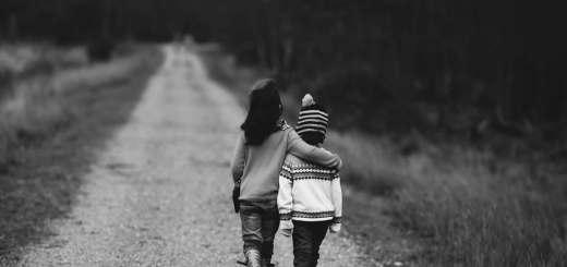 Ein Übereinkommen ist eine sichere Orientierung. Zwei Kinder auf einem Spaziergang. (Foto: Annie Spratt, Unsplash.com)