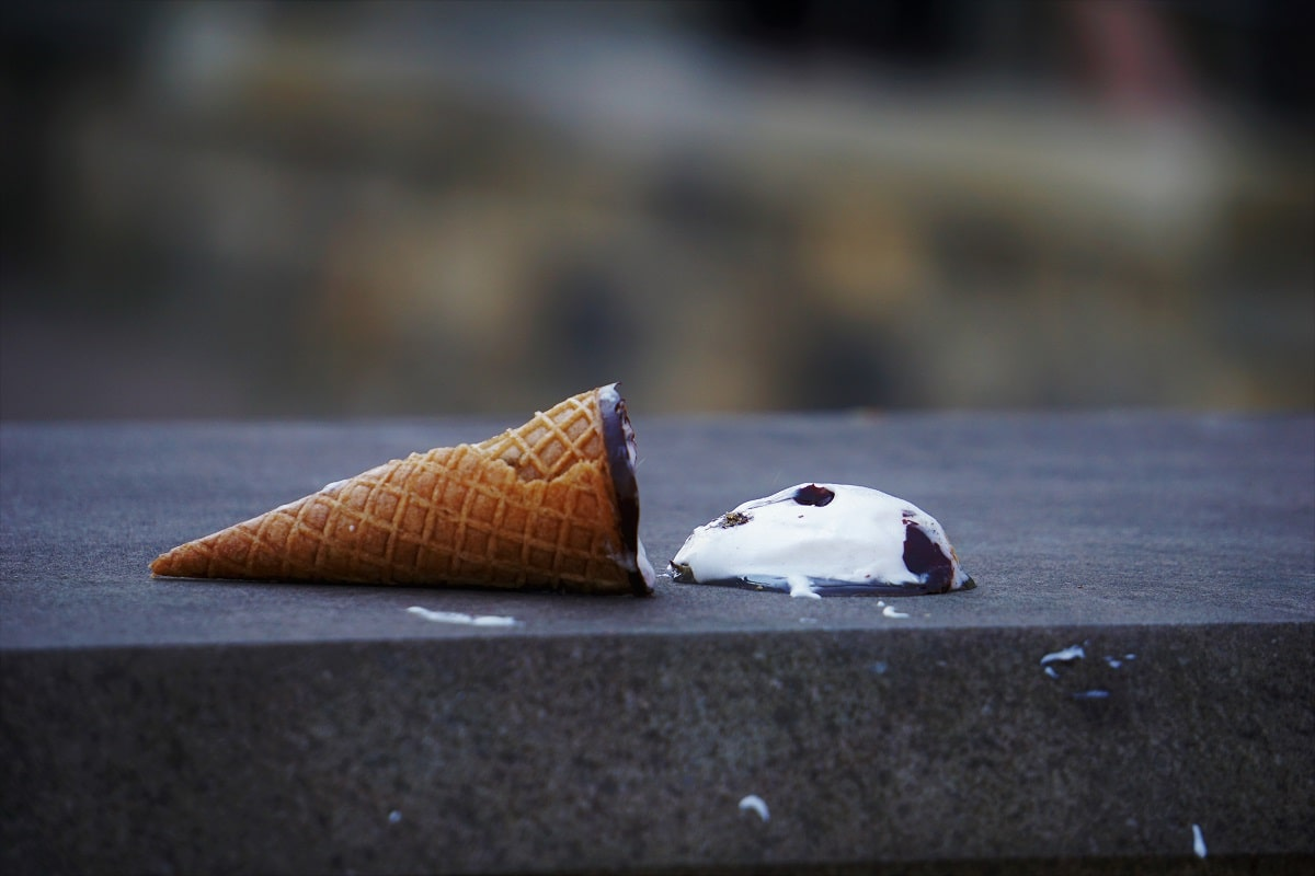 Call of Duty ist kein Speiseeis. Eine Eistüte auf dem Boden liegend. (Foto: Sarah Kilian, Unsplash.com)