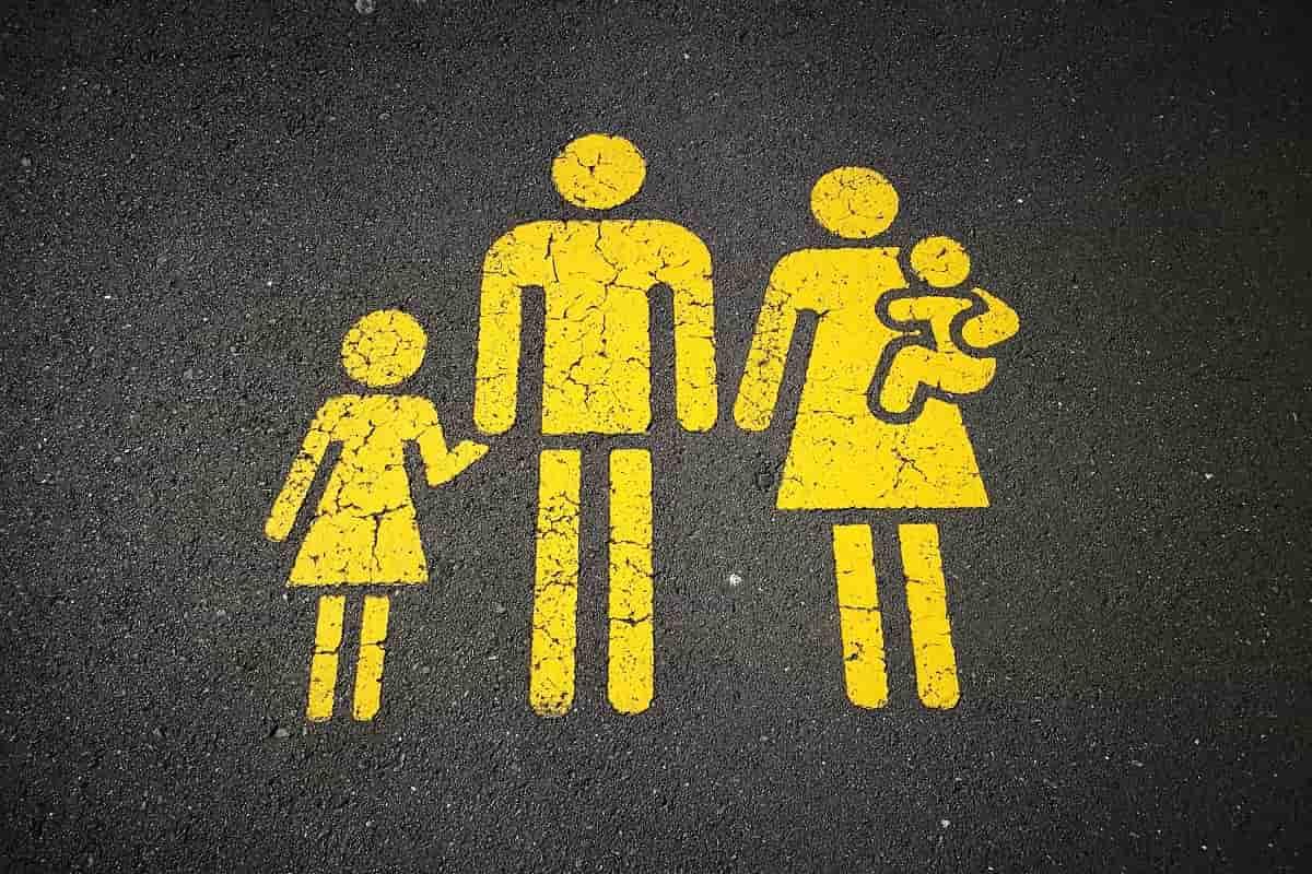 Eine Familie abgebildet in Gelb. (Foto: Sandy Millar, Unsplash.com)
