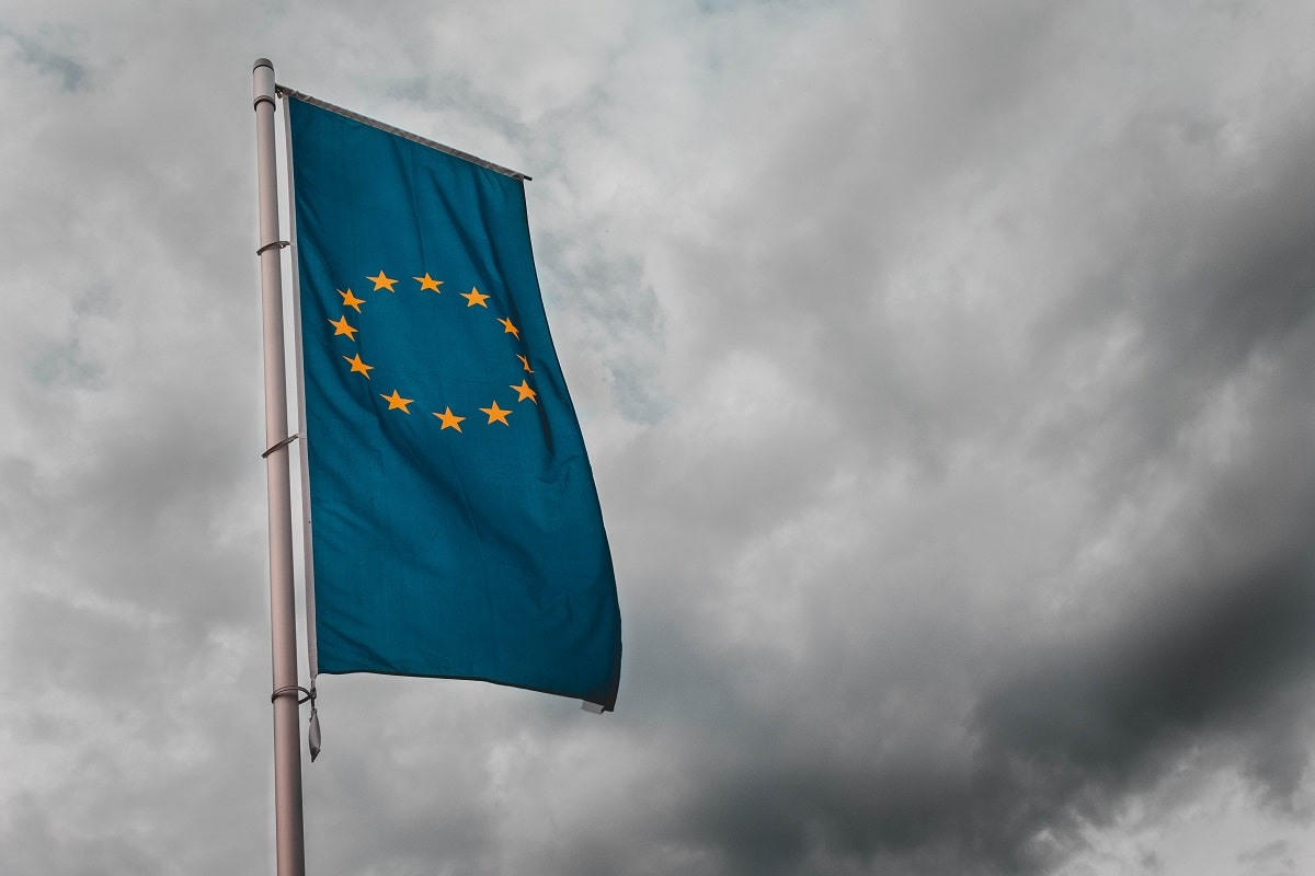 Die EU ist nicht Europa. Flagge der EU vor dunklen Wolken. (Foto: Sara Kurfess, Unsplash.com)