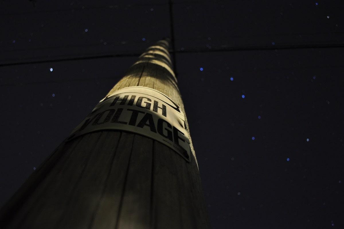 Ohmacht ist das Gegenteil von Macht. Beides verspricht Hochspannung. (Symbolfoto: Dave Michuda, Unsplash.com)