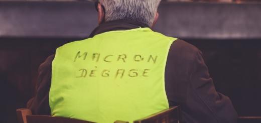 Beginnt so eine Revolution in Frankreich? Macron Degage. Macron Hau ab. (Foto: EV, Unsplash.com)