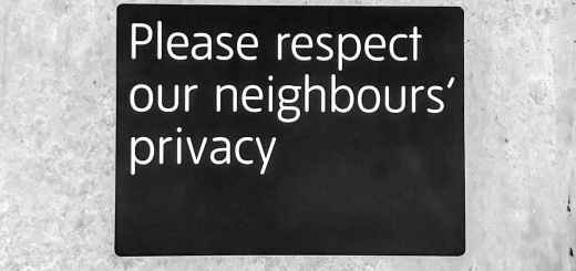 Überwachungskapitalismus - Please respect our neighbours privacy. (Symbolfoto: Kai Brame, Unsplash.com)