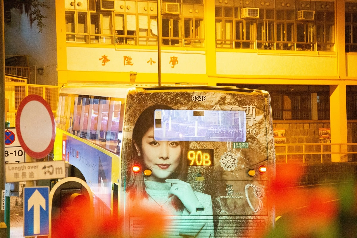 Sticker on the back of a bus in Hongkong. (Foto: Sam Balye, Unsplash.com)