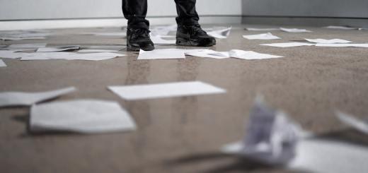Wie bei Lehman Brothers nach der Pleite. Zettel und Papier auf dem Boden eines leeren Raumes. (Symbolfoto: Kelli McClintock, Unsplash.com)
