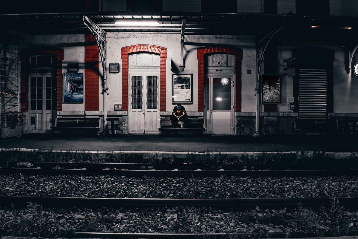Auf den Zug nach Nirgendwo warten. Bahnstation in Lyon, Frankreich. (Foto: Enzo B, Unsplash.com)
